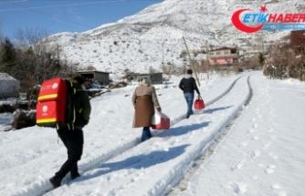 Karlı yolları aşarak 85 yaş ve üstü vatandaşları evlerinde aşılıyorlar