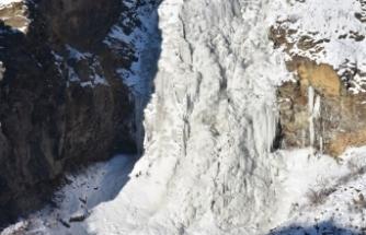 Kars'taki Susuz Şelalesi tamamen dondu