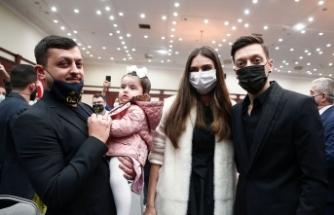 Mesut Özil, ailesiyle beraber tören alanına geldi