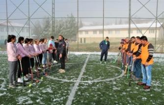 Tarlada çalıştıktan sonra Türkiye birinciliği için karda hokey oynuyorlar