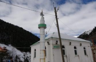 Bu mescidin minaresi petrol varillerinden