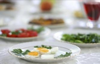 Oruç tutan yaşlılara hafif besinleri tüketmeleri önerisi