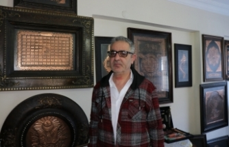 'Kültür Oskarı' sahibi rölyef ustası, eserleriyle hayran bakıyor