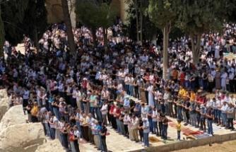 Mescid-i Aksa'da Ramazan ayının son cuma namazı 70 bin kişiyle kılındı