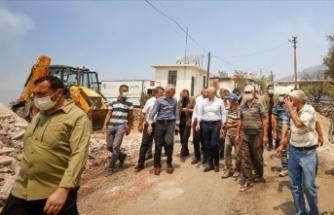 Bakan Karaismailoğlu, Manavgat'taki yangının etkili olduğu mahallelerde incelemede bulundu