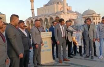 Konya Ülkü Ocakları'ndan Mevlana Hassasiyeti: İyi Parti önünde Yeniçağ Gazetesi yaktılar, Zilleti protesto ettiler /Video