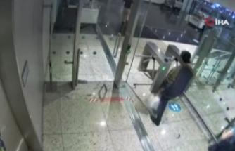 Midesindeki kokain patlayan uyuşturucu kuryesi, havalimanında öldü