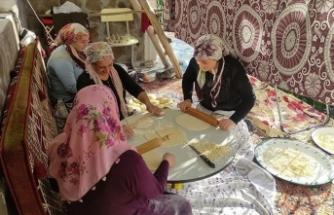 Kars'ta kadınlar kışlık eriştelerini imece usulüyle hazırlıyor
