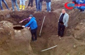 Tarlasını sürerken Bizans dönemine ait küp buldu