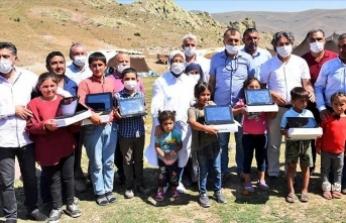 Milli Eğitim Bakanı Selçuk yayladaki öğrencilere tablet bilgisayar hediye etti