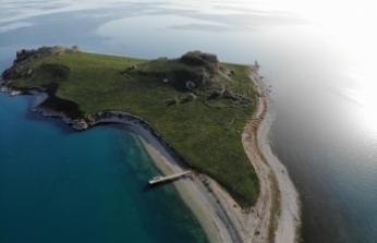 Van Gölü'nün el değmemiş güzelliği 'Çarpanak Adası' baharla bambaşka güzel