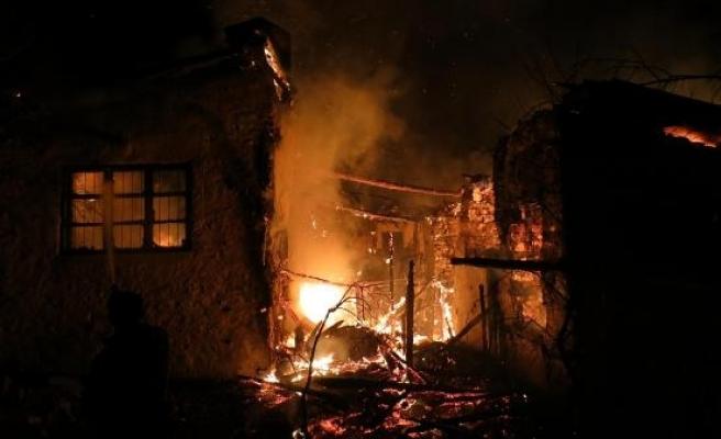 Akseki'de 3 asırlık düğmeli ev yangında kül oldu