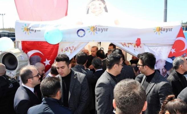 Erdoğan halk oylaması stantlarını ziyaret etti