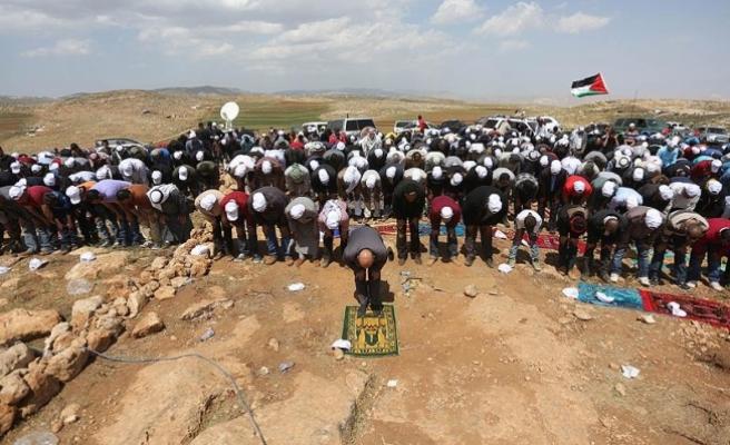 Filistinliler cuma namazını Yahudi yerleşimcilerin boşalttığı arazilerde kıldı