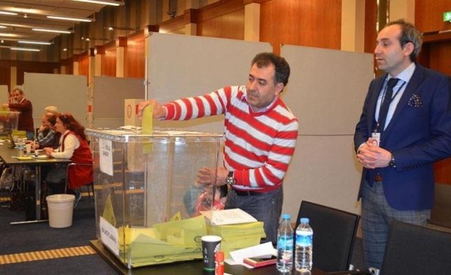 Avrupa'daki Türkler referandum için oy kullanmaya devam ediyor