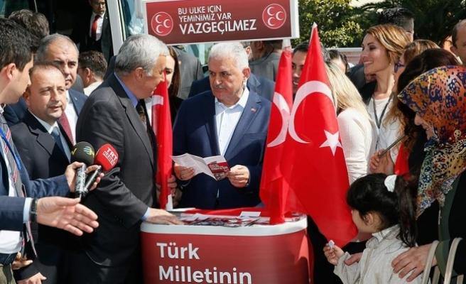 Başbakan Yıldırım İzmir'de MHP'nin 'evet' standını ziyaret etti
