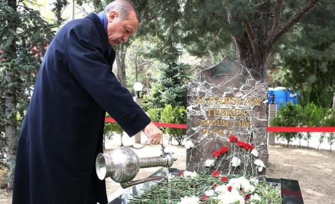 Erdoğan'dan Başbuğ Türkeş'in kabrine ziyaret