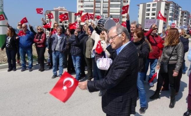 Eski Başbakan Yardımcısı, eline bayrak alıp yol kesti