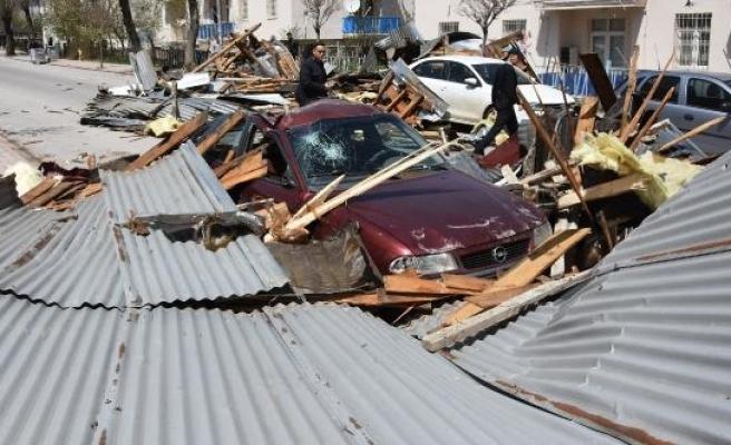 Fırtına, Sivas'ta 100'den fazla binanın çatısını uçurdu