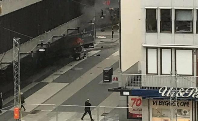 İsveç'te bir kamyon mağazaya daldı