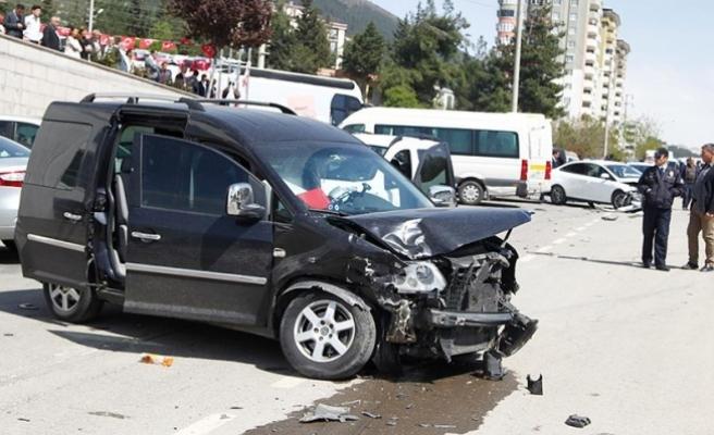 Kontrolden çıkan araç TRT ve AA'ya ait otomobillere çarptı