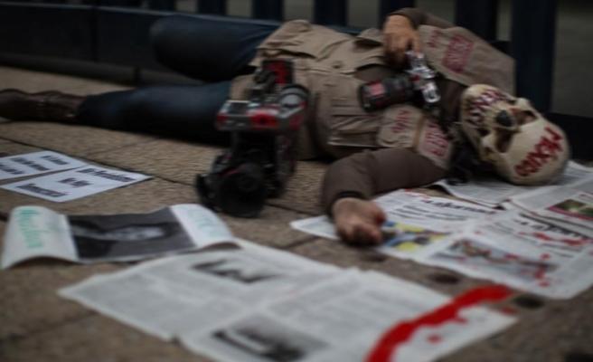 Meksika'da gazeteci cinayetleri gazete kapattırıyor