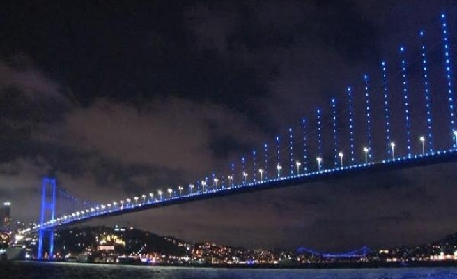 Otizm Farkındalık Günü'nde ışıklar mavi yandı