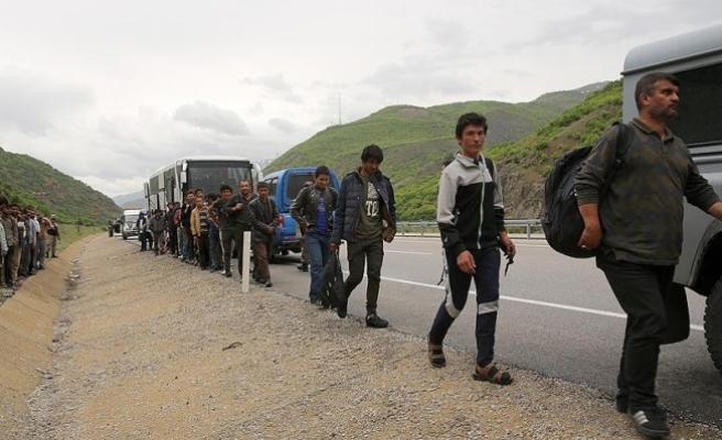 Bozulan yolcu otobüsünde 103 yabancı uyruklu yakalandı
