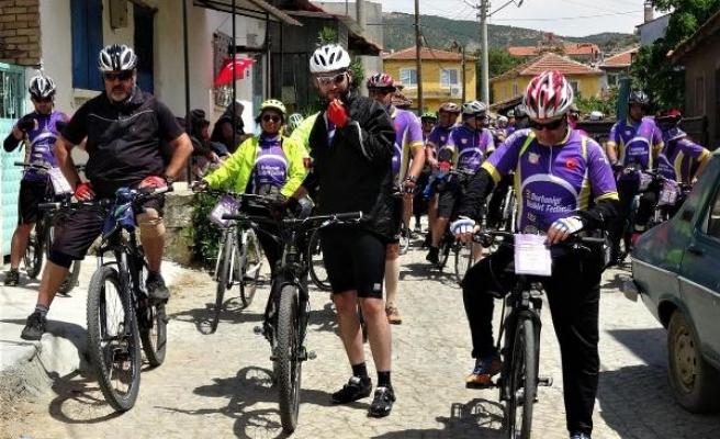 Festival turundaki bisikletlilerden jandarmaya '178'inci yıl' jesti