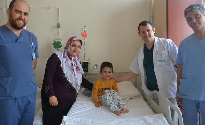 3 yaşındaki Ömer ameliyatla böbrek taşından kurtuldu