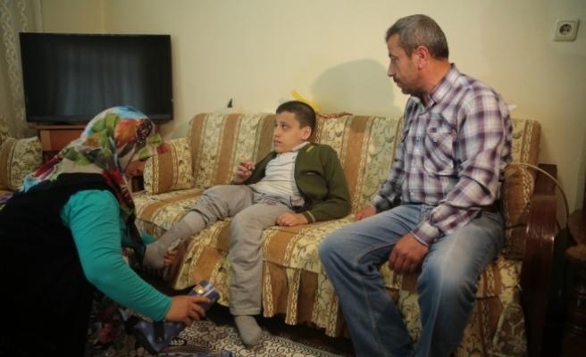 Fedakar baba engelli oğlunun okulunda hademelik yapıyor