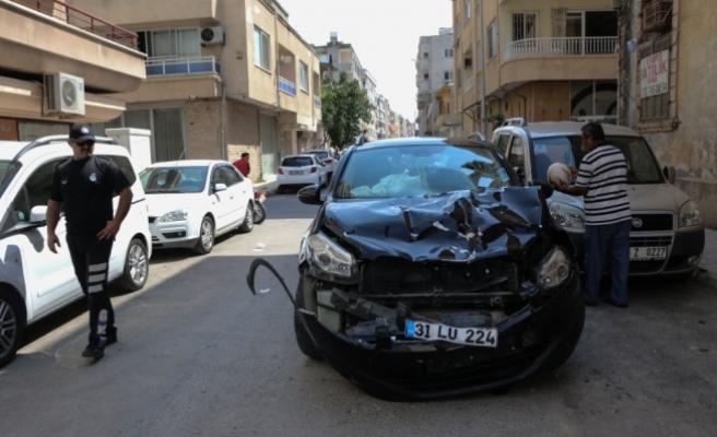 Motosiklet sürücüsü kazada başka bir aracın içine girdi