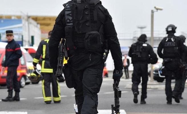 Paris'te jandarma minibüsüne çarpan araç terör saldırısı paniği yaşattı