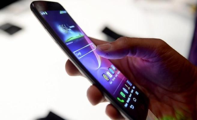 Kadınlar akıllı telefonda fotoğraf uygulamasını erkeklerden çok kullanıyor