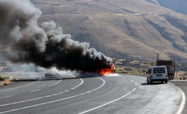 PKK'lılar, Tunceli-Pülümür karayolunda araç yaktı
