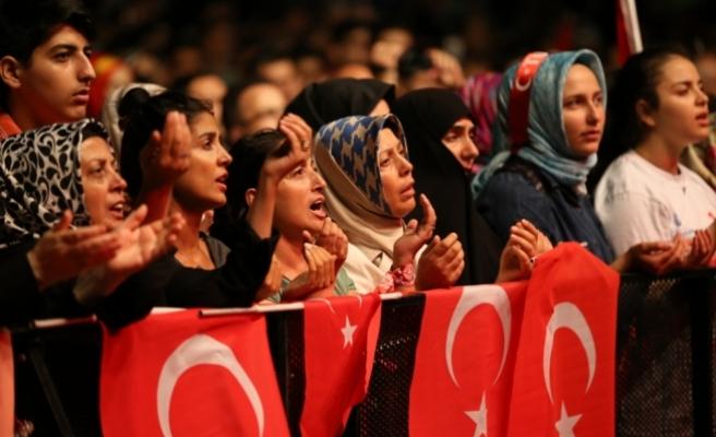 """İstanbul'un değişik noktalarında, """"demokrasi nöbeti"""" tutulmaya başlandı"""
