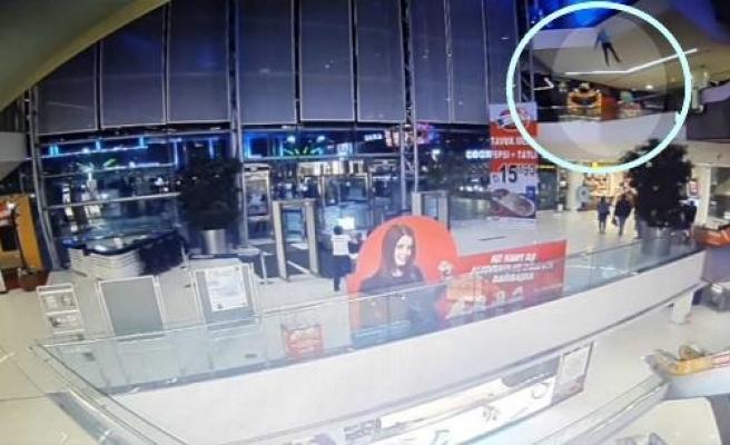 Alışveriş merkezinin 3'üncü katından ölüme atladı