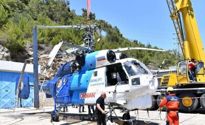 Baraja düşen yangın helikopteri çıkarıldı