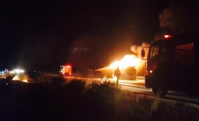 Benzin yüklü tanker yandı, otoyol trafiğe kapandı