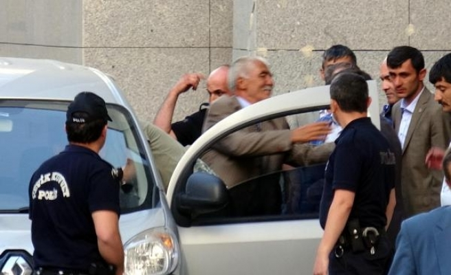 Bıçakla 3 kişiyi yaralayan eski başkan, alkışlarla cezaevine gitti