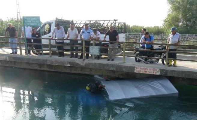Çalıntı kamyonet, sulama kanalında bulundu