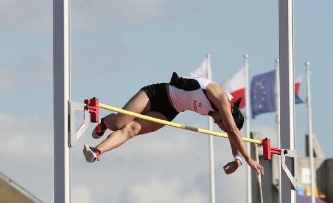 Demet Parlak, sırıkla atlamada Türk spor tarihine girdi