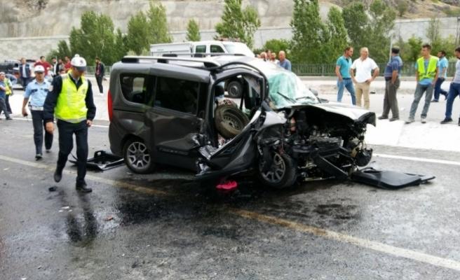 Gümüşhane'de otomobille panelvan çarpıştı: 1 ölü, 4 yaralı