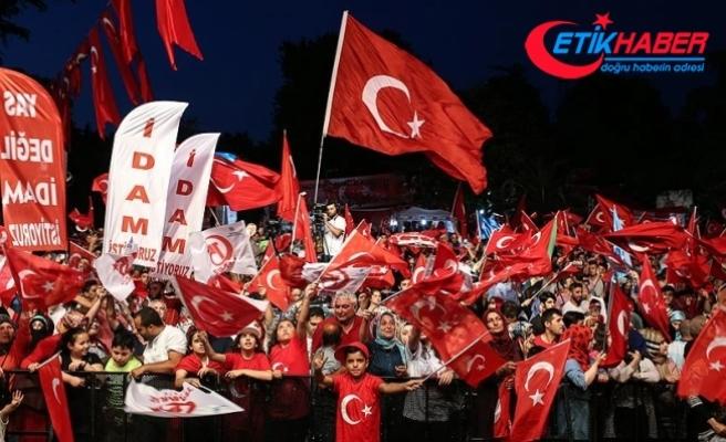 İstanbul'da 'demokrasi nöbetleri' başladı