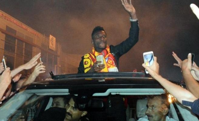Kayserispor'un yeni transferi Gyan'a taraftarlardan sevgi seli
