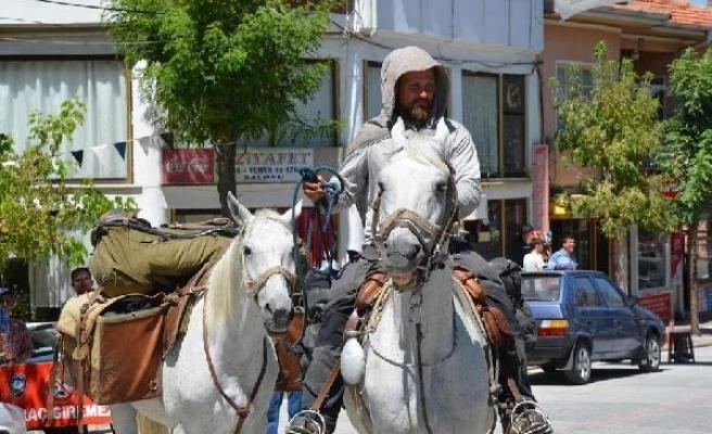 Kudüs'e gitmek üzere atla yola çıkan Polonyalı Bergier, Kütahya'da