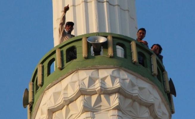 Minareye çıkıp atlayacağını söyledi, eşi barışma sözü verince indi