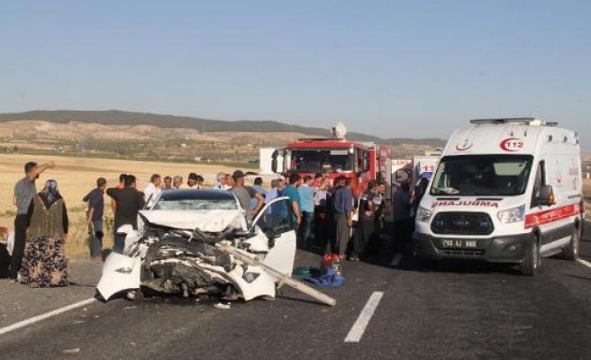 Otomobil, kamyona çarptı: 2 ölü, 4 yaralı