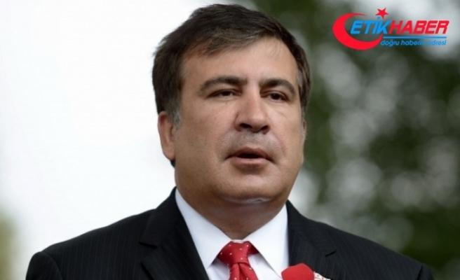 Taraftarları, bindirildiği aracın kapısını kırarak Saakaşvili'nin serbest kalmasını sağladı