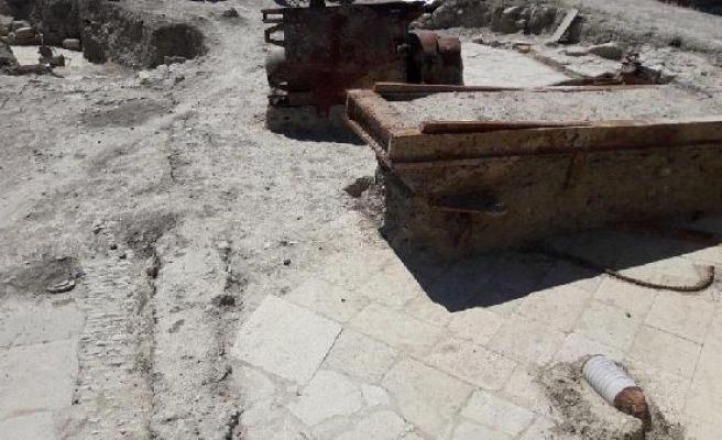 Seddülbahir Kalesi'nde bulunan top mermileri koruma altında